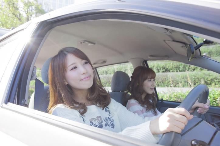 女の子たちが車でドライブ
